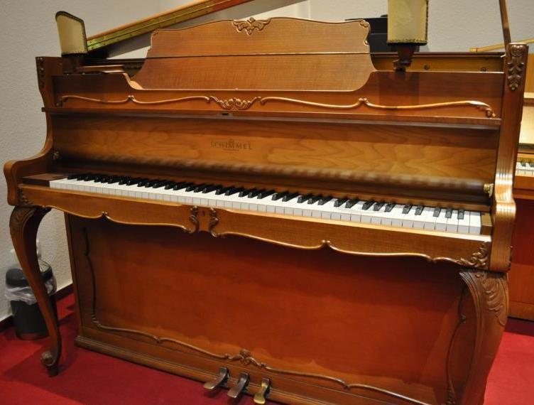 SCHIMMEL-Klavier<br/>Gebraucht<br/>Nussbaum Barock<br/>€ 4 900,-